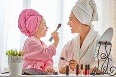 Мать и дочь делают составляют Стоковые Изображения