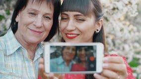 Мать и дочь делают фото сток-видео