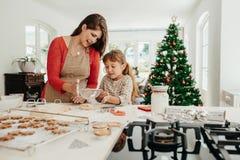 Мать и дочь делая печенья рождества Стоковое Изображение