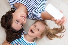 Мать и дочь делая selfie Стоковые Изображения RF