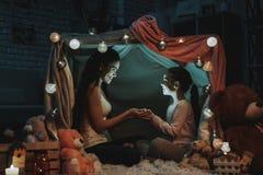 Мать и дочь держат свет в руках стоковые фотографии rf