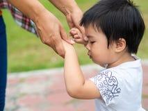 Мать и дочь держа руки идя в парк Ребенк и m стоковые фото