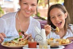 Мать и дочь есть в кафе Стоковое фото RF