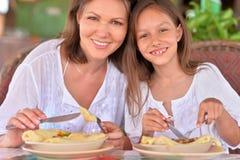 Мать и дочь есть в кафе Стоковое Фото
