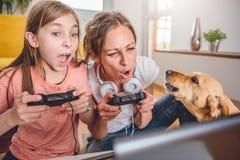 Мать и дочь играя видеоигры Стоковое Фото