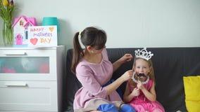 Мать и дочь играя дурака сток-видео