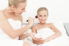 Мать и дочь имели день курорта Они имеют потеху в белых полотенцах ванны Стоковые Фото