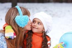 Мать и дочь имеют потеху совместно Стоковые Изображения RF