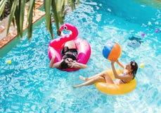 Мать и дочь имея потеху в бассейне стоковые фото