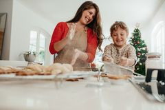 Мать и дочь имея потеху пока делающ печенья рождества Стоковые Изображения RF