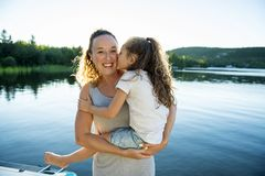 Мать и дочь на летний день пристани теплый имея полезного время работы стоковое фото rf