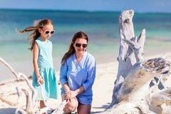 Мать и дочь на пляже Стоковые Изображения RF