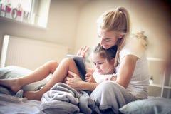 Мать и дочь на шаржах утра наблюдая Стоковое Фото
