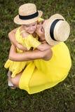 Мать и дочь обнимая в парке Стоковое Фото