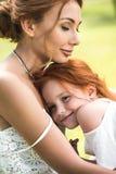 Мать и дочь обнимая в парке Стоковая Фотография RF