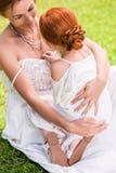 Мать и дочь обнимая на парке Стоковые Изображения RF