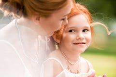 Мать и дочь обнимая на парке Стоковые Фото
