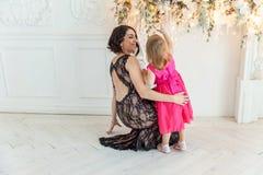 Мать и дочь около украшения рождества Стоковое Изображение RF