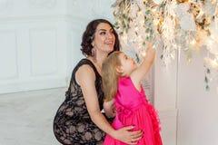 Мать и дочь около украшения рождества Стоковая Фотография