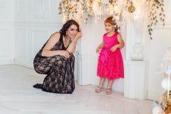 Мать и дочь около украшения рождества Стоковое фото RF