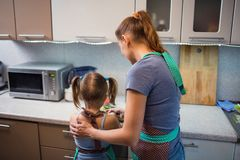 Мать и дочь подготавливая салат в кухне Стоковые Изображения RF