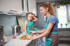 Мать и дочь подготавливая салат в кухне Стоковая Фотография