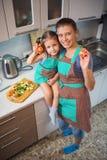 Мать и дочь подготавливая салат в кухне Стоковые Фотографии RF
