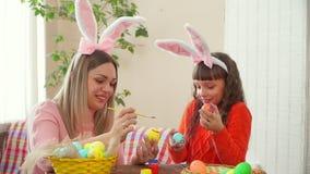 Мать и дочь подготовлены для счастливой пасхи и яйца краски, моя дочь держат яйца покрашенный как глаза акции видеоматериалы