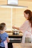 Мать и дочь подготовляя еду Стоковое Фото