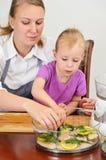Мать и дочь подготовляя еду Стоковое Изображение RF