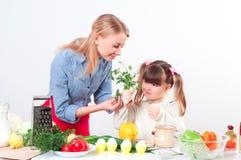 Мать и дочь подготовляя еду Стоковое Изображение