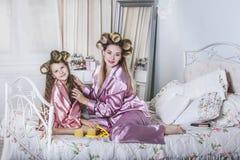 Мать и дочь самостоятельно дома красивая, модная и потеха стоковые фотографии rf