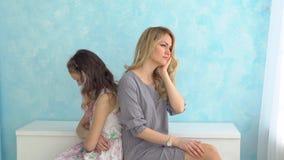 Мать и дочь сидят рядом друг с другом спина к спине, не говорят Конфликт сток-видео