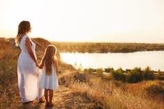 Мать и дочь смотрят реку Стоковые Изображения RF
