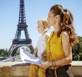 Мать и дочь смотря в расстояние и держа карту, Париж Стоковое Изображение RF