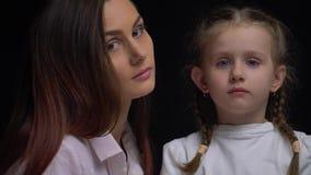 Мать и дочь смотря один другого, замедленное движение видеоматериал