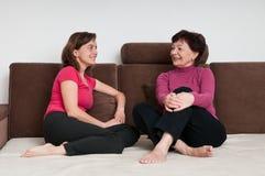 Мать и дочь совместно дома стоковые изображения