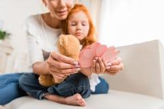 Мать и дочь с бумажными сердцами Стоковое Изображение RF