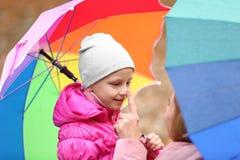 Мать и дочь с зонтиками outdoors стоковая фотография
