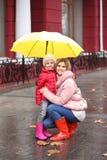 Мать и дочь с зонтиком в городе стоковая фотография rf