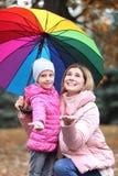 Мать и дочь с зонтиком в парке осени стоковое изображение rf