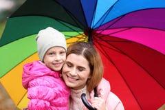 Мать и дочь с зонтиком outdoors стоковые изображения rf