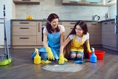 Мать и дочь убирая дом стоковые фотографии rf