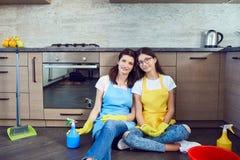 Мать и дочь убирая дом стоковые фото
