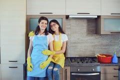 Мать и дочь убирая дом стоковые изображения