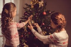 Мать и дочь украшая рождественскую елку Стоковое Изображение RF