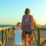 Мать и дочь outdoors в вечере лета идя на пляж Стоковые Изображения RF