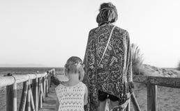 Мать и дочь outdoors в вечере лета идя на пляж Стоковые Изображения