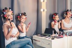 Мать и ее девушка ребенка делают ваш состав и имеют потеху Стоковое Изображение RF