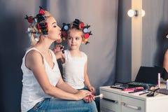 Мать и ее девушка ребенка делают ваш состав и имеют потеху n Стоковые Изображения RF